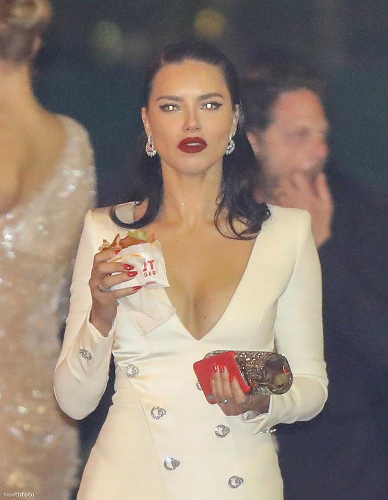 Adriana Lima így jelent meg a bulin.