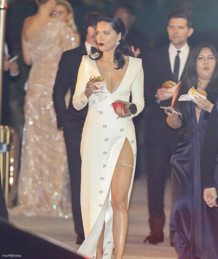 A hivatalos vörös szőnyeges fotók után most előkerült egy pár olyan kép, amin a hírességek az Oscar-díjátadó utáni Vanity Fair After Partyra mennek.