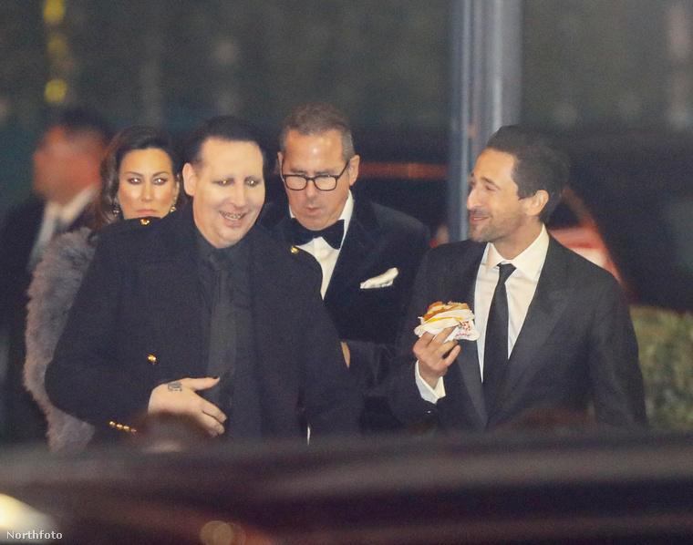 """Aki meg az Adriana Limához hasonlóan hamburgert """"zabáló"""" Adrien Brody-val humorizált valamin."""