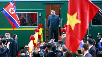 Vonattal, autóval Hanoiba érkezett Kim Dzsongun