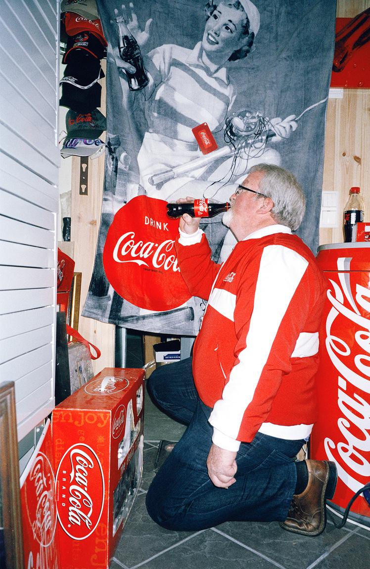 A hozzá hasonló emberek összefogása része a mániának Svenn Iversen esetében is, aki az Északi Coca Cola Gyűjtők Klubjának az elnöke. A szervezet a globális Coca Cola Gyűjtők Klubjának ernyője alatt működik. Az 1974-ben alakult világszervezetnek 6000 tagja van. Az Iversen-féle északi klub húsz évvel fiatalabb, és körülbelül 100 tagot számlál Svédországból, Finnországból, Norvégiából, Dániából és Izlandról. A cég nem szponzorálja őket, de kapcsolatban vannak velük, és megengedték nekik a név, a logó, a képek használatát. A klub rendszeres találkozókat tart, de még saját magazint is kiadnak évente több alkalommal. Iversen főként üvegekre és palackokra specializálódott, de mindenféle kólás holmi akad a gyűjteményében.