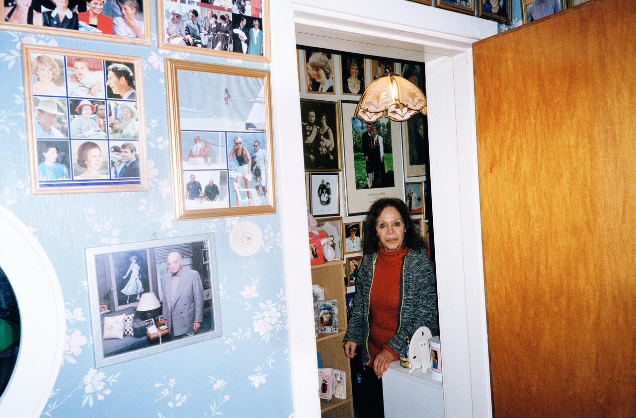 A falait mindenhol beborító fotókon túl gyűjt mindenféle, királyi családokkal kapcsolatos tárgyat a szépen kivágott, albumba ragasztott vagy gondosan lefűzött újságkivágásoktól kezdve a kulcstartókon át a dévékig, tollakig és bögrékig. Toftum mániája nemcsak a gyűjtőszenvedélyben nyilvánul meg: 20 tematikus Facebook-csoportot működtet, ahová királyokról, királynőkről posztol fotókat napi rendszerességgel, összesen 10 ezer tag örömére.