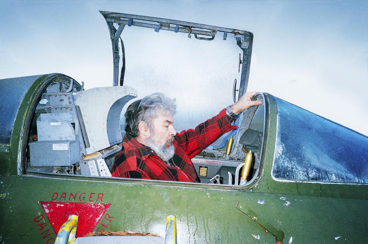 Jens Rino Haugennek ilyen jellegű aggodalmai igazán nem lehetnek. Ő főként repülőgép-alkatrészekben utazik, évtizedek óta. A gyűjteménye leglátványosabb darabjai a pilótafülkék: kilenc van neki az udvarában. Szerinte meghitt hangulata van egy ilyenben üldögélni.