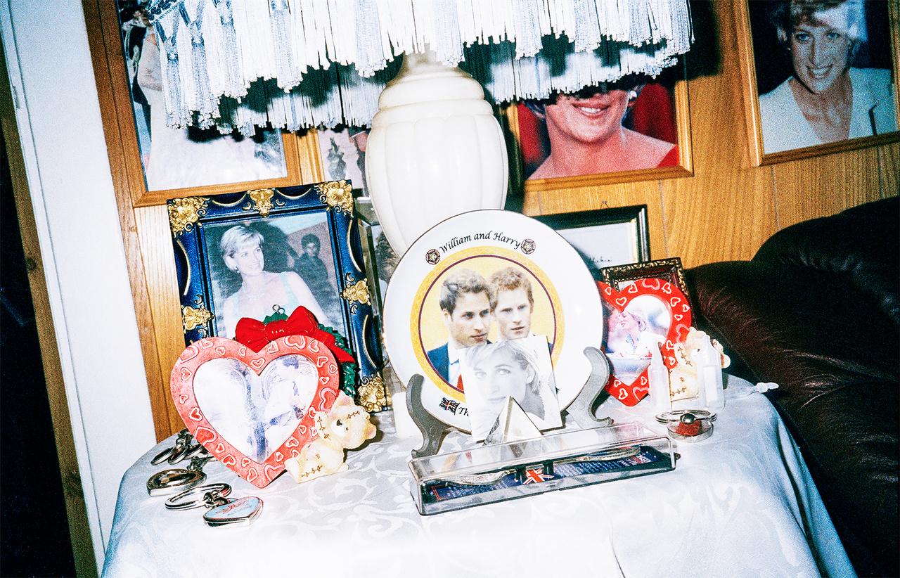 """Diana előtt a svéd Szilvia királyné volt a kedvence, de az a rokonszenv össze sem mérhető a Diana iránti rajongásával. Toftum gyűjteményének körülbelül 80 százaléka a fiatalon meghalt hercegnővel kapcsolatos. """"Varázslatos volt, tudja"""" - mondta a vele beszélgető újságírónak. Minden évben elzarándokol Diana sírjához, aki szerinte valóságos angyal volt."""