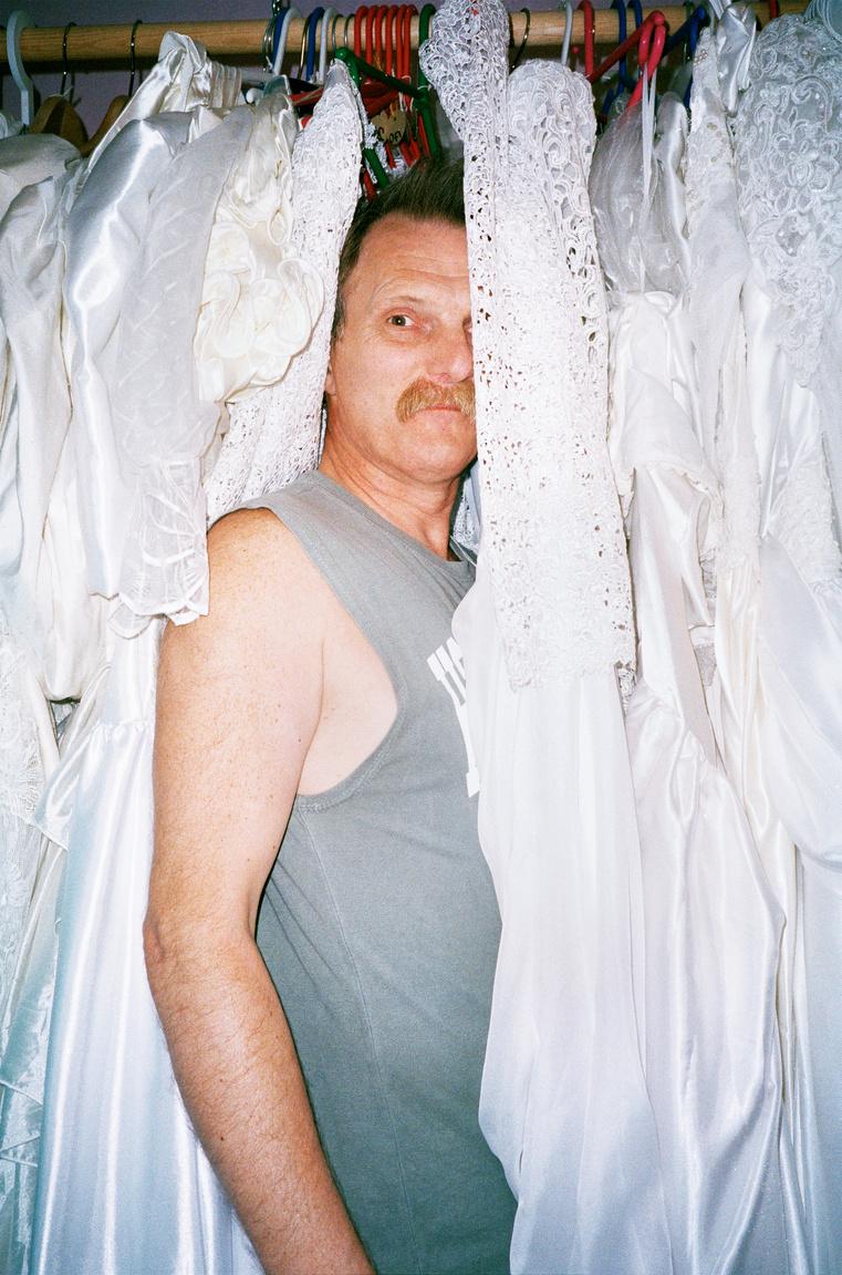 A Hamupipőke Ember: ez állt zárójelben a fotós egy régebbi írásában Jan Roger Elstad neve mellett. A férfi menyasszonyi ruhákat gyűjt lassan harminc éve, és a rózsaszínre festett alagsorában tárolja őket.