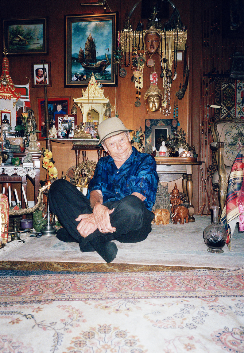 A nyolcvan felé közeledő Haraldsen több mint ötven országban megfordult élete során, utazik, amikor csak tud, és az utakról változatos szuveníreket hoz haza, hogy azokkal töltse meg extravagáns nappaliját. A szíve csücske Thaiföld, ide évente többször is elmegy, már legalább 60-szor megfordult itt. Thaiföldről származik a gyűjteményének a legtöbb darabja, többek közt a komplett thai templom a nappalija kellős közepén.