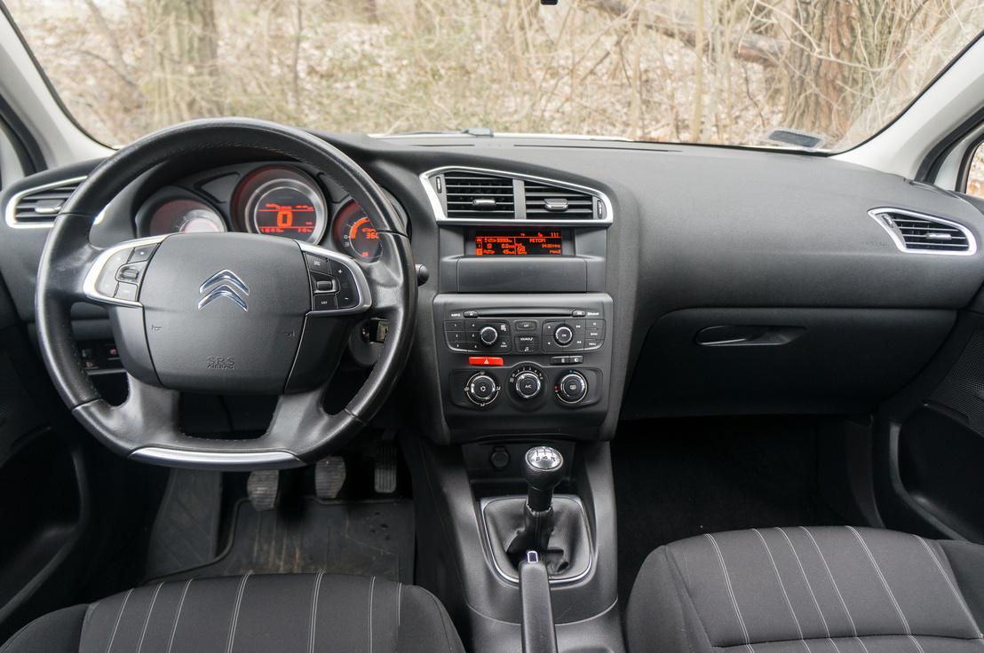 Szinte konzervatív a beltér, főleg Citroën-mércével. A fémhatású betétek mentik meg az unalomtól