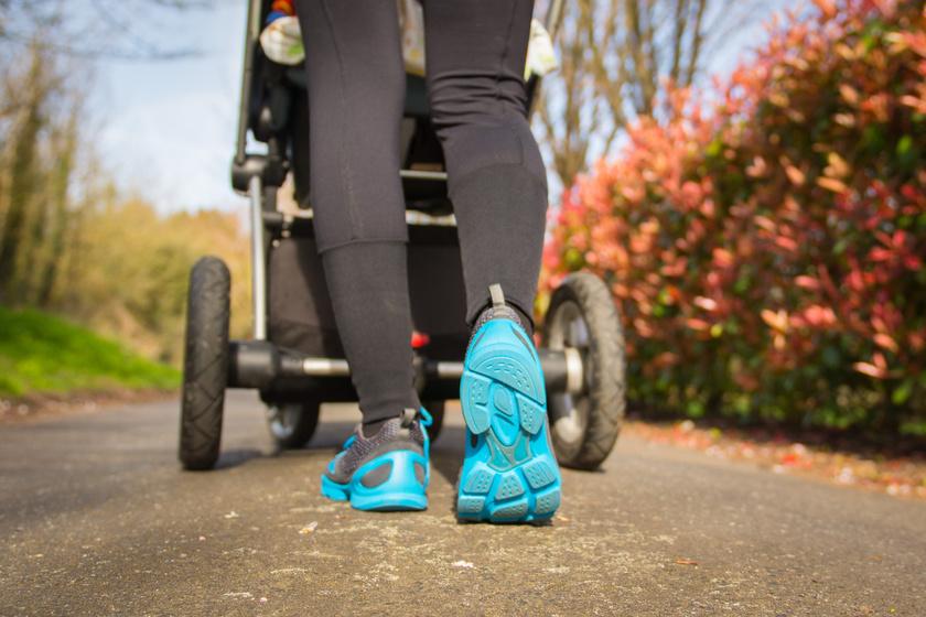 Az intenzív gyaloglás babakocsival egyrészt a tempó, másrészt a babakocsi súlya miatt felpörgeti a pulzust és égeti a kalóriákat. Bemelegítésnek kiváló.