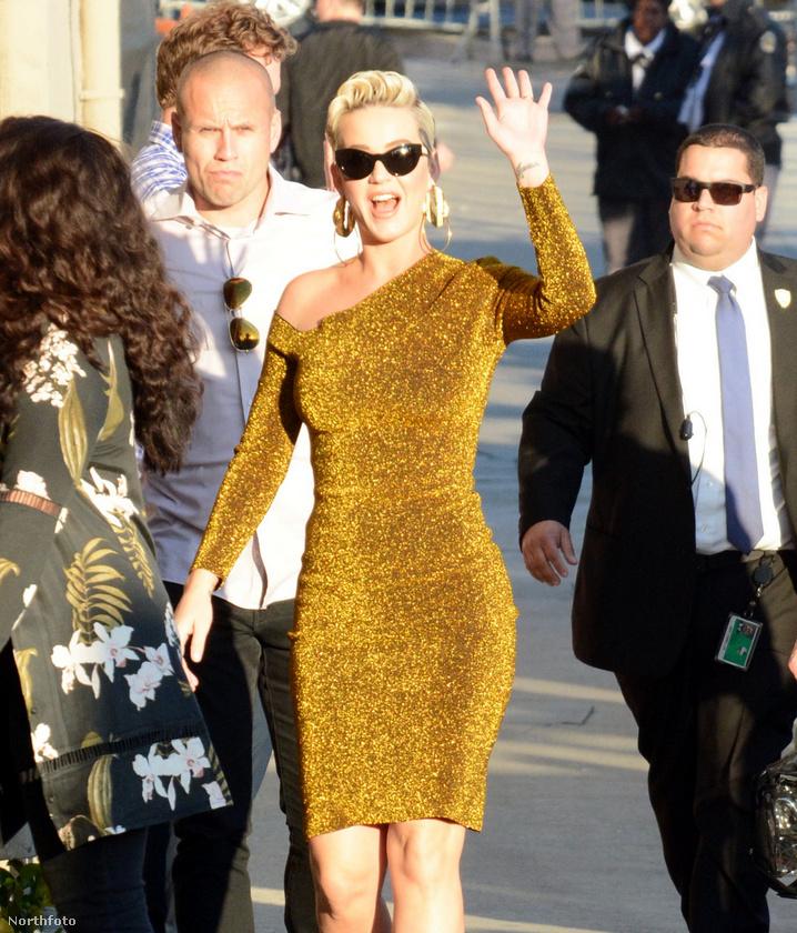 Katy Perry épp Jimmy Kimmel műsorának felvételére ment, amikor alaposabban is megmutatta az Orlando Bloomtól kapott eljegyzési gyűrűjét