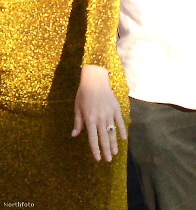 Azt tudjuk, hogy Valentin-napon történt a lánykérés, arról viszont eddig nem esett szó, hogy egy 5 millió dollár értékű gyűrűvel térdelt le Bloom Perry elé.Ezzel kapcsolatban csak annyit jegyeznénk meg, hogy az énekesnő ujján lévő eljegyzési gyűrű pont 2,5-szer kerül többe annál, mint amivel Paris Hiltonnak megkérték a kezét.