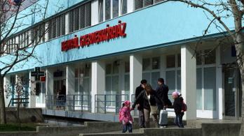 Hiába kapott ágyakat a Heim Pál kórház, a szülők még mindig a földön alszanak