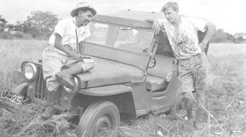 A fiatal Attenborough sárkányt fogott a dzsungelben