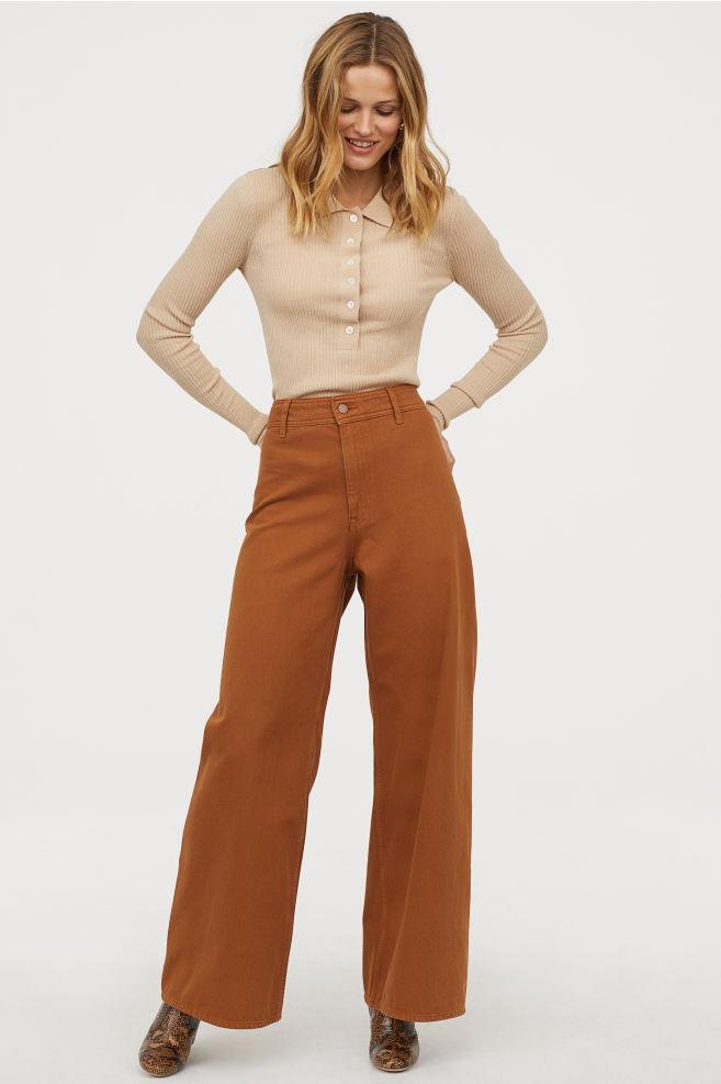 71f88574e9 A széles szárú nadrágtól sokkal karcsúbbnak tűnik a derék: ez a barna darab  a H&M