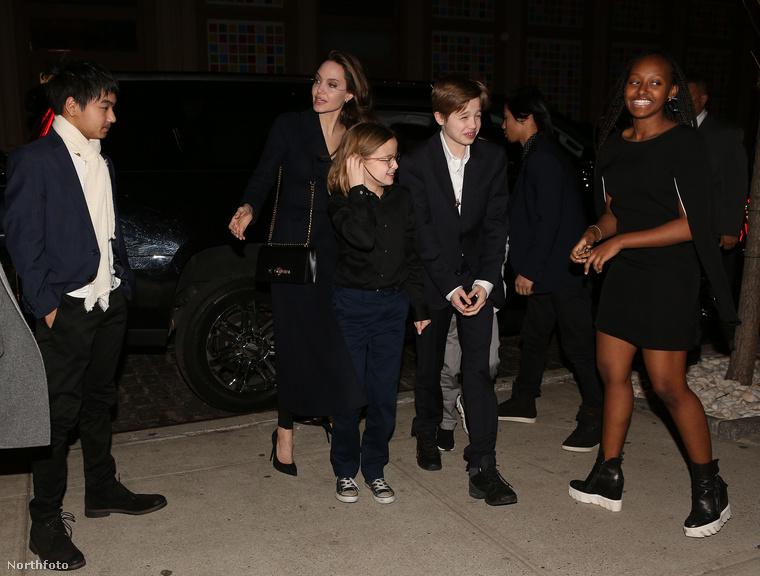 Az apropó, hogy így együtt van a család (mínusz Brad Pitt), hogy elmentek egy filmnek a vetítésére.