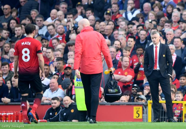 Juan Mata lesétál a pályáról sérülése után az Old Traffordban tartott Manchester United és Liverpool FC mérkőzésen, 2019. február 24-én