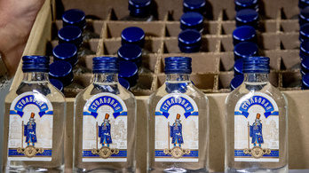 Kilencvenezer palack vodkát akartak küldeni Kim Dzsongunnak, de lefoglalták Hollandiában