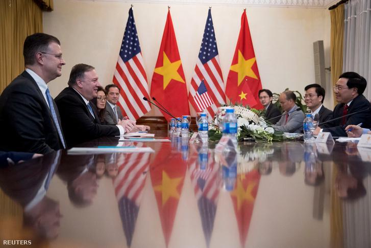 Mike Pompeo az amerikai küldöttség élén találkozott vietnámi kollégáival