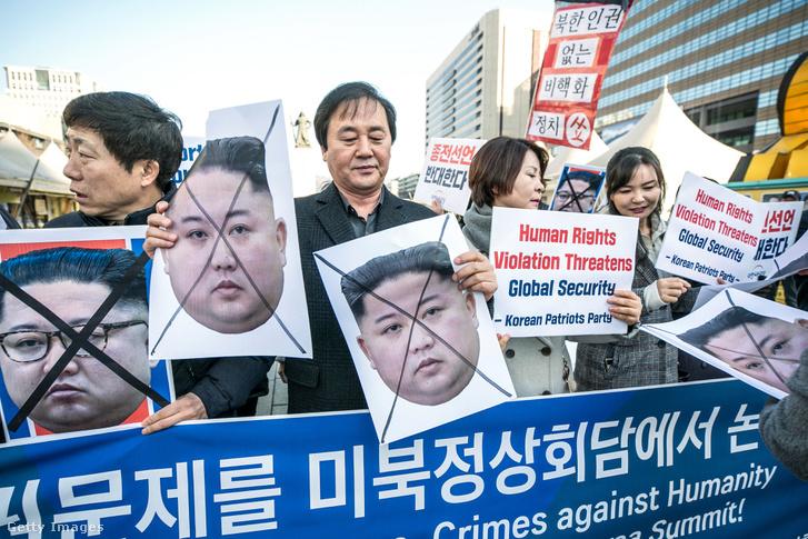 Kim Dzsongunt tüntetők várták