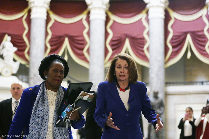 Nancy Pelosi demokrata párti házelnök képviselőtársaival a szavazás napján, 2019. február 26-án Washingtonban.
