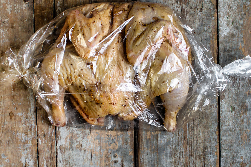 Így lesz puha és tökéletes a sült csirke, ha sütőzacskóban sütöd