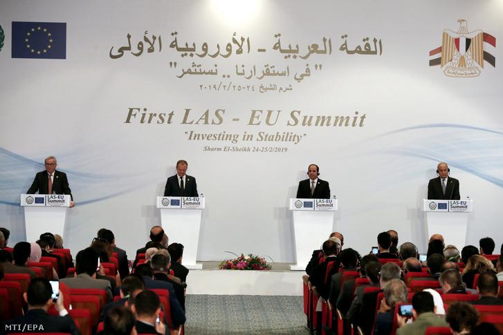 Jean-Claude Juncker az Európai Bizottság elnöke, Donald Tusk az Európai Tanács elnöke, Abdel-Fattáh esz-Szíszi egyiptomi elnök és Ahmed Abdul-Geit az Arab Liga fõtitkára (b-j) sajtóértekezletet tart az Arab Liga és az Európai Unió elsõ csúcstalálkozóján az egyiptomi Sarm-es-Sejkben 2019. február 25-én.