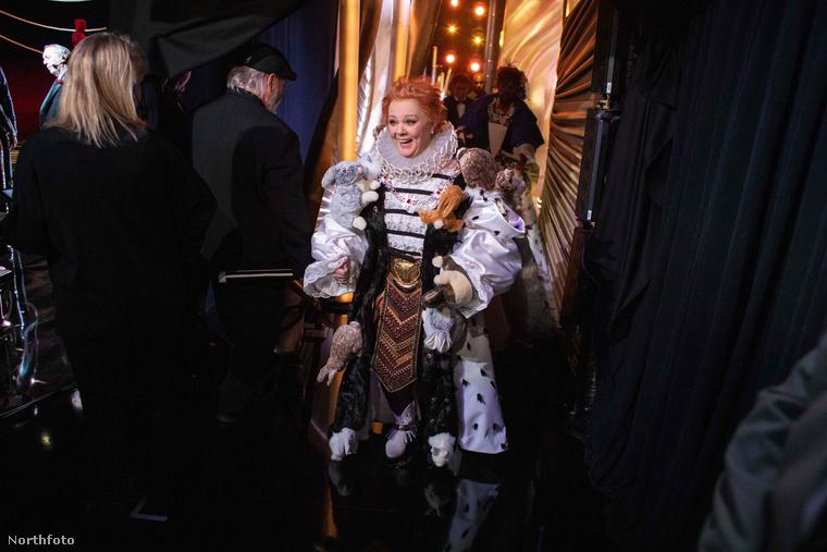 Melissa McCarthy itt talán a külföldi Medveczky Ilona akart lenni, aki extrém ruhájával megadta az est alaphangulatát.