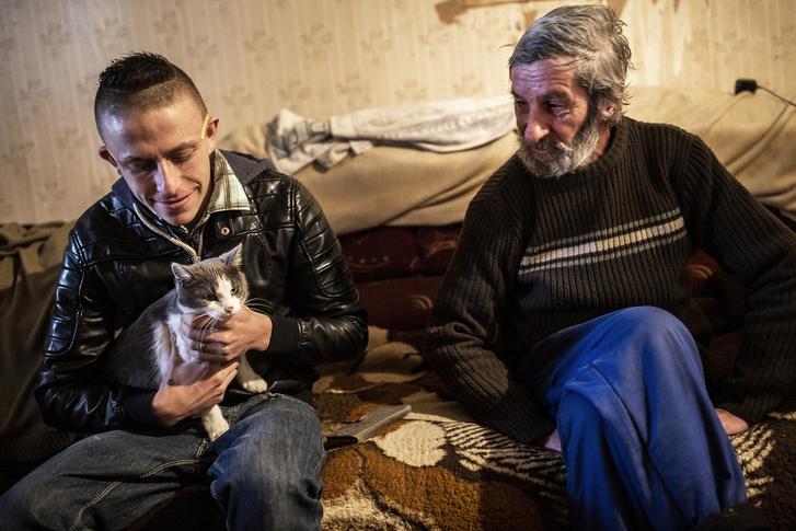 Balázs és János (illetve az éppen hazalátogó macska) a présház kisszobájában