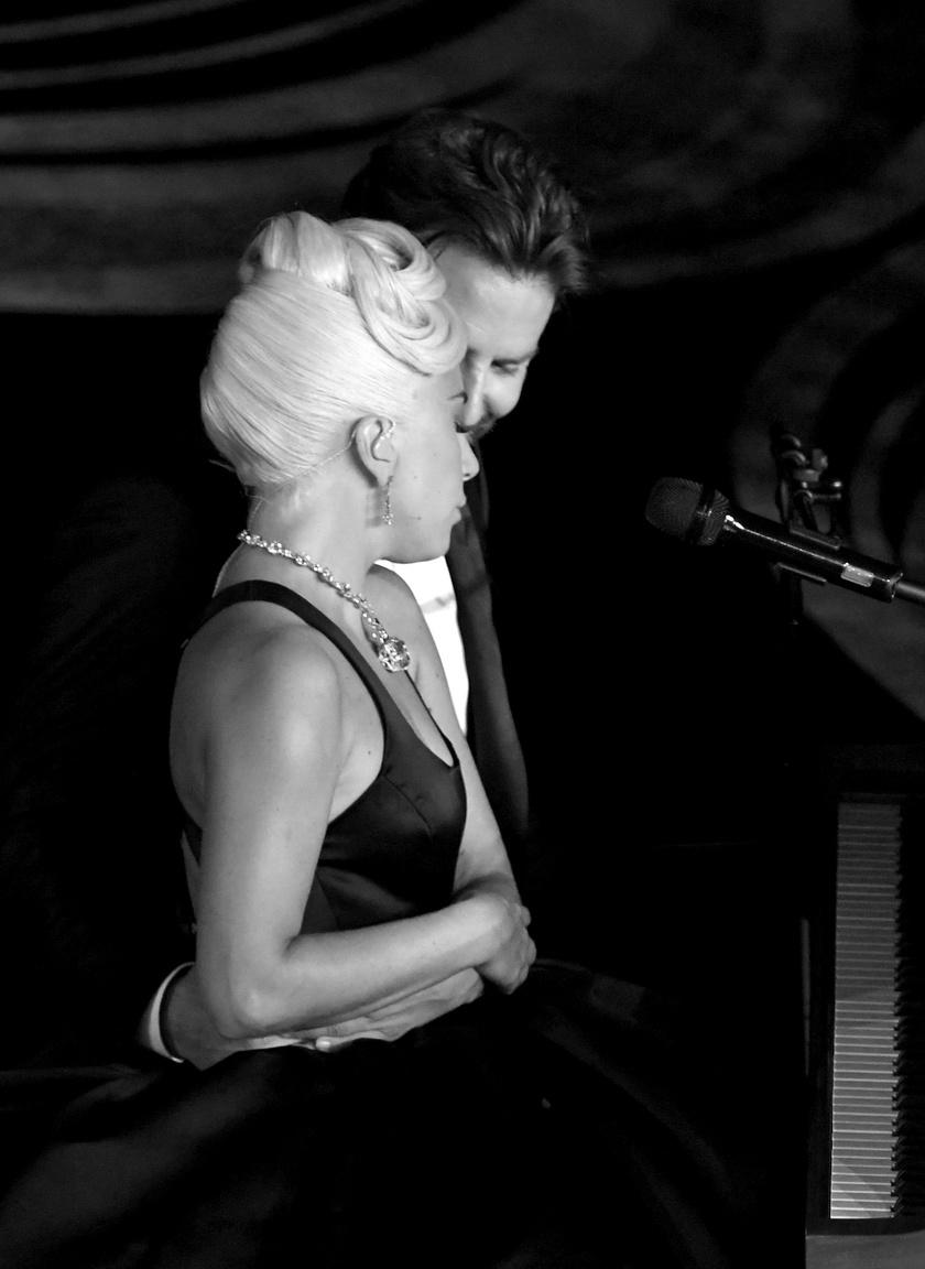 Lady Gaga és Bradley Cooper az előadás közben igencsak közel kerültek egymáshoz.