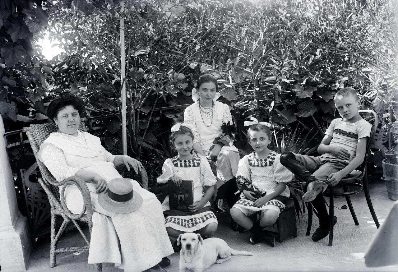 Morandini Tamásné és a gyerekek: Kornél, Nóra, Mária és Jolanda a Jákum utcai ház teraszán, 1910 körül.Morandini 1895-ban vette feleségül a kanizsai Weber Máriát (1873-1944), egy német származású vaspálya-gépész mozdonyvezető lányát. A nagykanizsai esküvőt velencei nászút követte, majd Zalaegerszegre költöztek. A város egyik legrégebbi utcájában, a Jákum utcában vásároltak meg egy telket két házzal és a hozzájuk tartozó hatalmas kerttel. 1897-ben itt született Mária, 1900-ban Kornél, 1902-ben Eleonóra és 1903-ban Jolanda, a három lány az olasz királyi családban használt neveket kapott.
