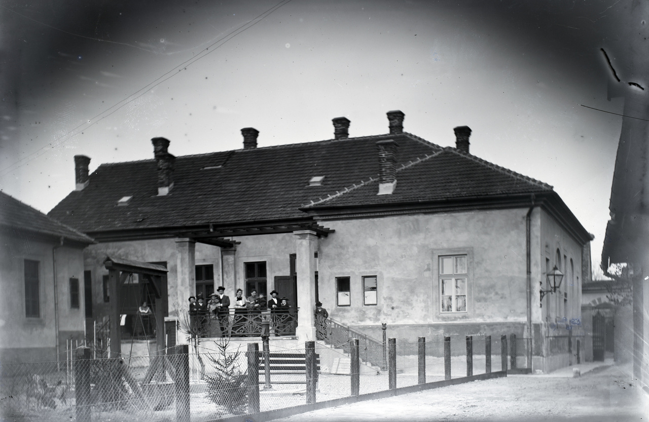 Zalaegerszeg, Jákum utca, 1906. Az építész Morandini Tamás saját háza, az udvar felől fényképezve.A 19. század második felében sokan vándoroltak ki Észak-Olaszországból, és közülük nem mindenki a tengeren túlra, hanem a kiegyezés után vasút- és más nagyobb építkezésekkel csábító Osztrák-Magyar Monarchiába. A Gemonából származó Morandini család építész, építőmester tagjai Zala megyét választották. Vállalkozói, tervezői pályafutásuk emlékét ma is álló középületek, római katolikus és evangélikus templomok, zsinagóga, egykori városháza, kórházak, laktanyák, lakóházak őrzik a történelmi Zala megyében, Somogyban és Horvátországban.