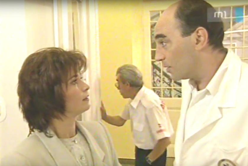 """Dr. Nagy Éva (Simorjay Emese) és Mágenheim Ádám (Kulka János) mentőorvosok, a háttérben pedig a mentőápoló Géza bácsi, az """"Öreg"""" (Hável László)."""