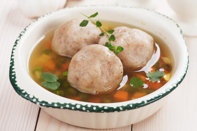 Zöldséges zsemlegombócleves: a levesbetéthez tökéletes a száraz péksüti