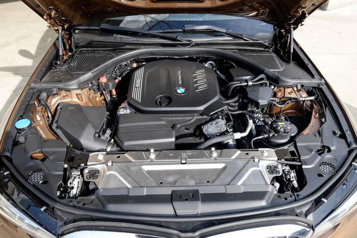 Változatlan motor, csak most sorban van rajta egymás után két kisebb turbó