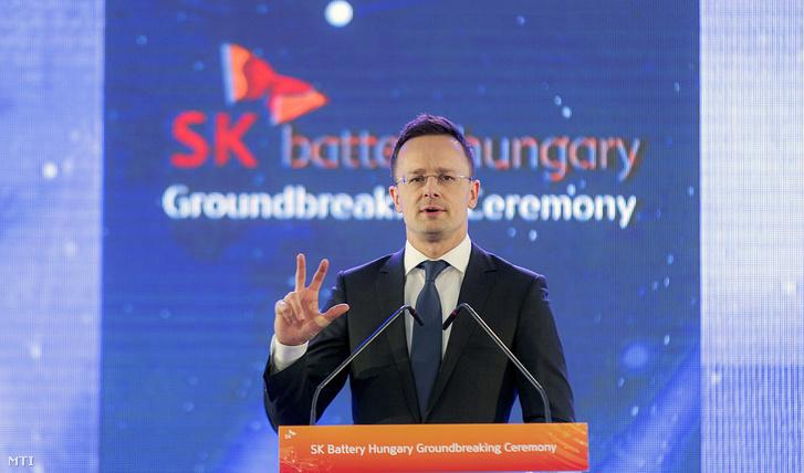 Szijjártó Péter külgazdasági és külügyminiszter beszédet mond a dél-koreai SK Innovation vállalat első európai gyárának ünnepélyes alapkőletételén a komáromi ipari parkban 2018. március 8-án