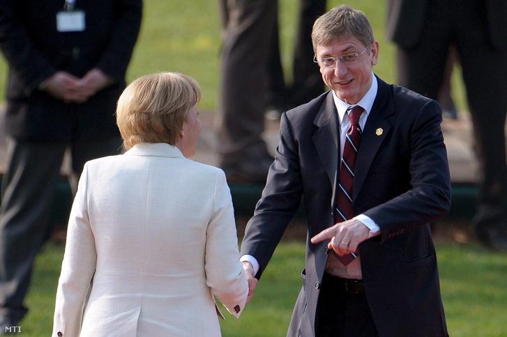 Angela MERKEL mémet kancellár (b) kezet fog GYURCSÁNY Ferenc magyar leköszönő miniszterelnökkel a NATO jubileumi csúcstalálkozójának ünnepi megnyitóján Strasbourgban 2009. április 4-én