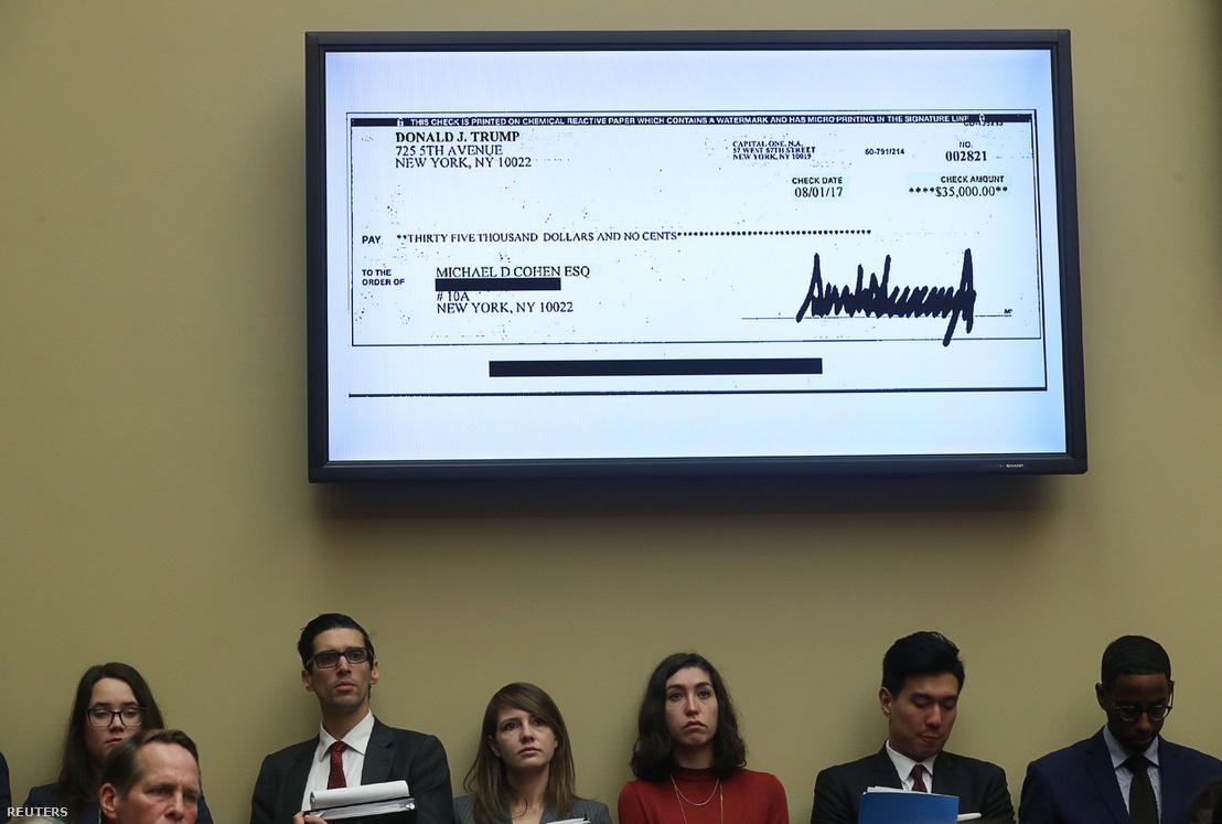 35,000 dolláros csekk képe a bírósági tévén, amit Donald Trump írt alá Michael Cohennek