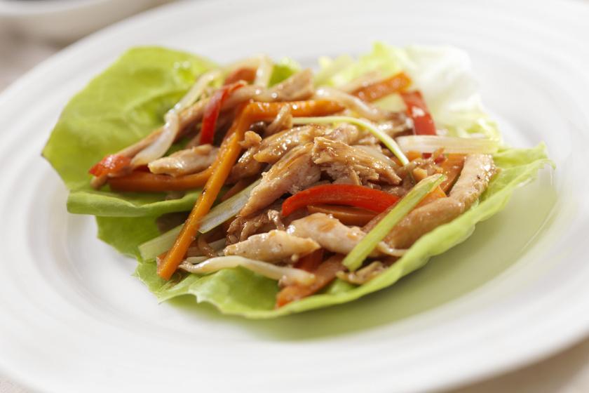 Paprika, répa és babcsíra, valamint teriyaki szószban kisütött csirkemellcsíkok vannak ebben a saláta-tacóban. A teriyaki szószban persze van némi szénhidrát, de ebben a kis mennyiségben - hacsak nem írja elő máshogy a diétád - nyugodtan fogyaszthatod vacsorára. Ha inkább szószmentesen szeretnéd elkészíteni, a roston sült változat is remekül működik.