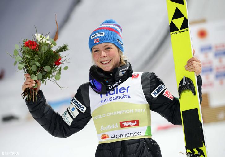 Maren Lundby ünnepli győzelmét Seefeldben 2019. február 27-én
