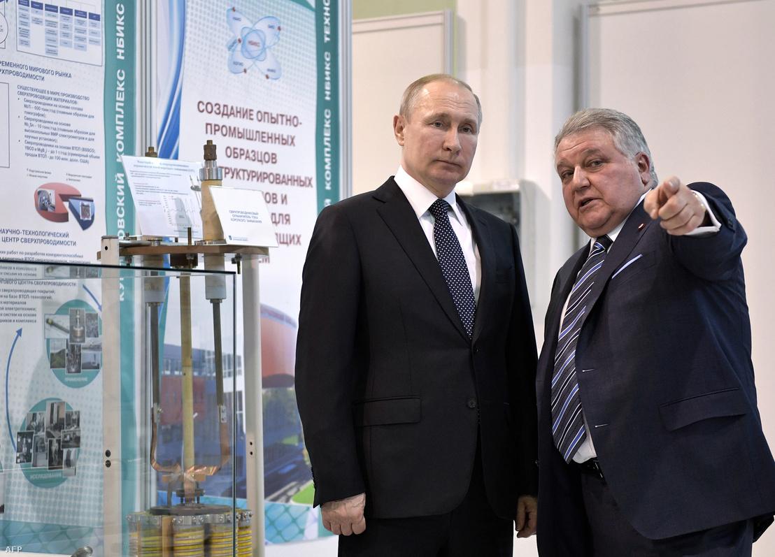 Putyin és Mihail Kovalcsuk beszélget a Nemzeti Kutatási Központ Kurcsatov Intézetben, Moszkvában 2018. április 18-án