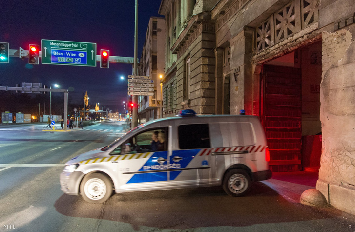 Rendőrautó hajt ki a Győri Regionális Nyomozó Ügyészség épületéből 2019. február 26-án. 18 őrizetbe vett, a Győr-Moson-Sopron Megyei Rendőr-főkapitányság állományába tartozó rendőrt azzal gyanúsítanak, hogy készpénzért cserébe nem büntettek meg szabálysértő autósokat az M1-es autópályán a megyében.
