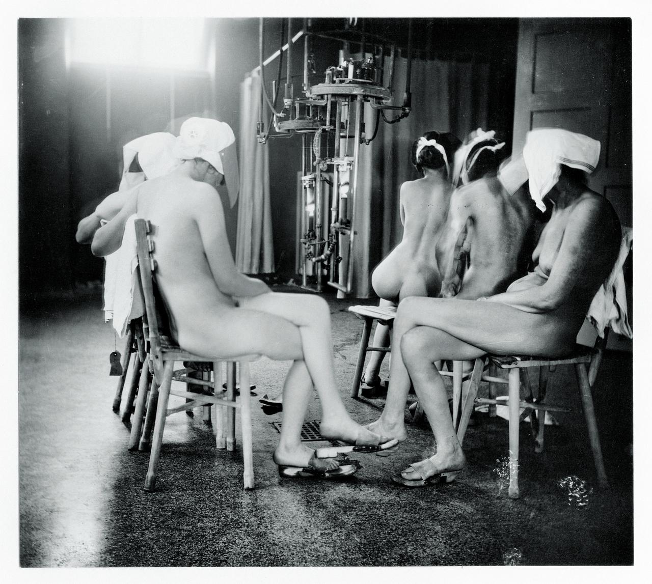 Nicolai Howalt fent említett munkájához kapcsolható ez a régi fotó is: különféle bőrbetegségekben szenvedő nők fényterápiája a Finsen-intézetben, 1920-1930 körül. Zselatinos ezüst nyomat a Koppenhágai Egyetem Orvosi Múzeumából.