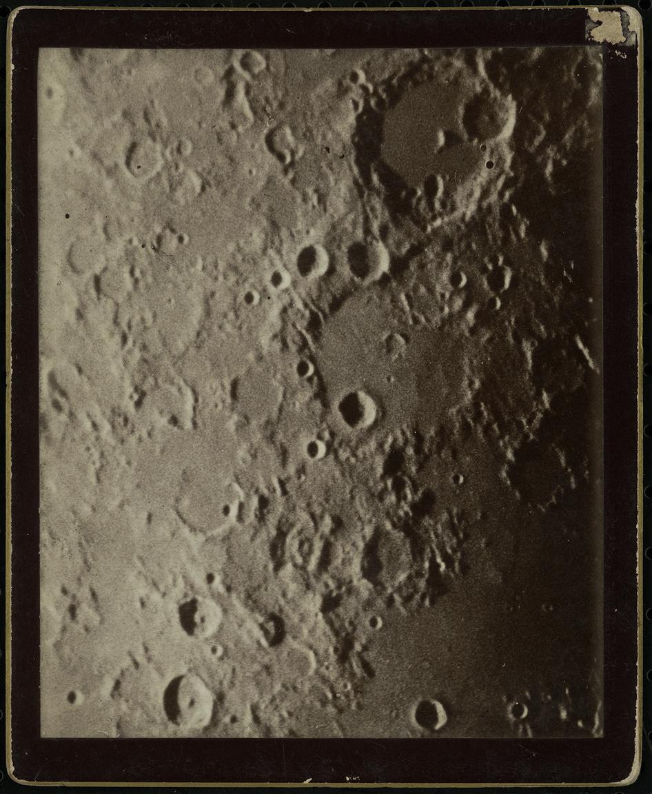 A Hold felszínének részlete a kaliforniai Mount Wilson obszervatóriumból. Gothard Jenő amerikai körútja során jutott hozzá ehhez a képhez is.
