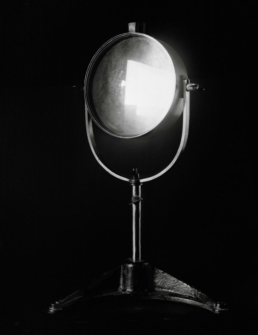 Közönséges tárgyfotó, vagy valami különlegesebb, több? Nicolai Howalt 2015-ös Light Break sorozatából emelték ki a kiállítás kurátorai ezt az orvosi tárgyat, ami a Finsen-féle testet-lelket gyógyító, napfénygyűjtő lencsét ábrázolja, majdnem egész falat betöltő zselatinos ezüst nagyításban.
