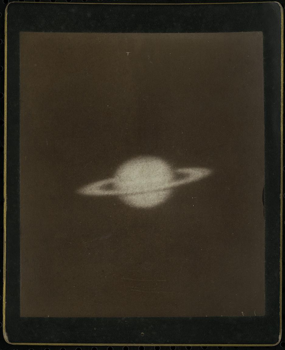 Ez a Szaturnuszról készült felvétel is az amerikai Mount Wilson obszervatóriumban szolgált demonstrációs anyagként, majd került Gothard gyűjteményébe.