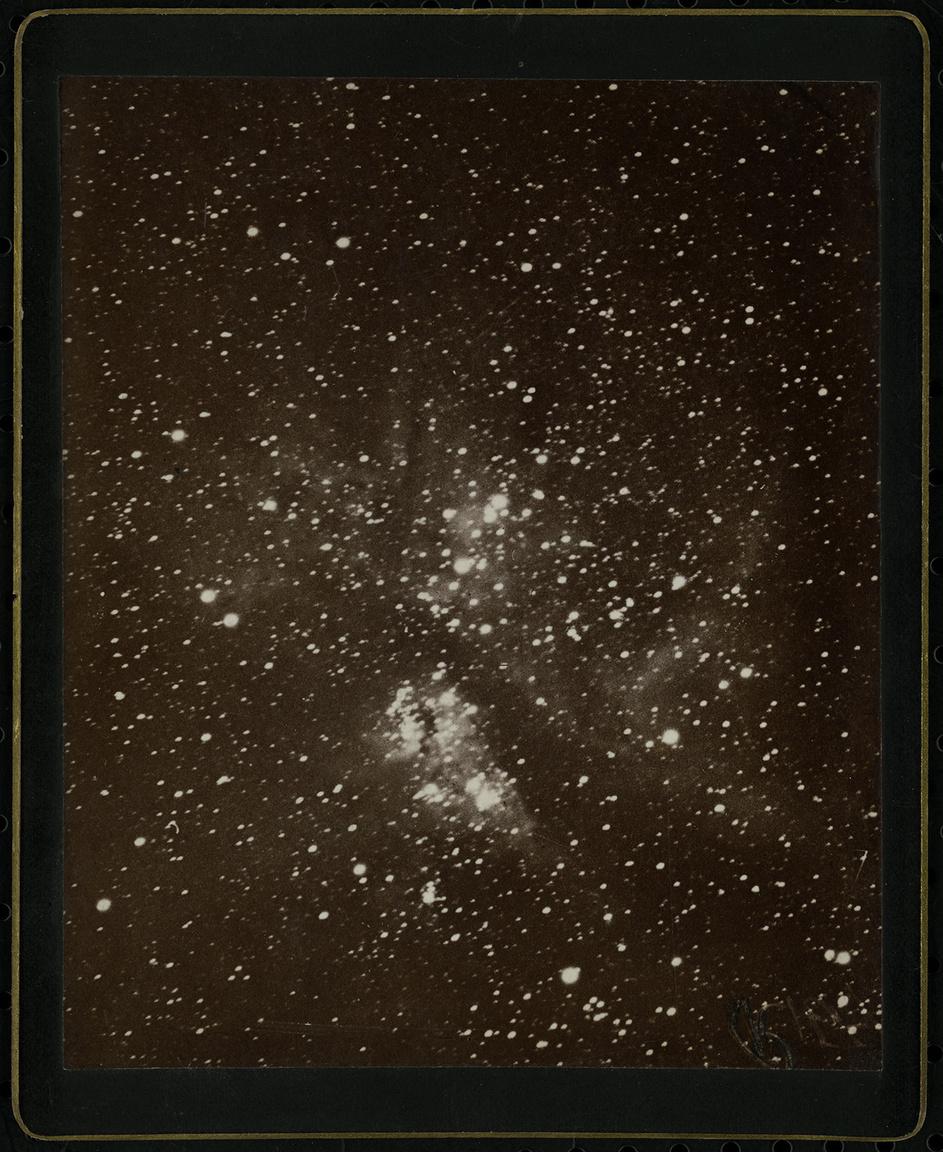 Gothard Jenő az asztrofotózás egyik külföldön is jól ismert és elismert űttörője volt. Mielőtt maga is belevágott volna a mélyégi objektumok megörökítésébe, tanulmányúton járt Amerikában. A fotó Peruban készült, a XIX. század utolsó évtizedében, mégpedig a világ akkor egyik legnagyobb teljesítményű távcsövével, a Bache refraktorral, és az Eta Carinae-köd látható rajta. A felvétel az amerikai Mount Wilson obszervatóriumban szolgált demonstrációs anyagként, onnan került Gothard gyűjteményébe.