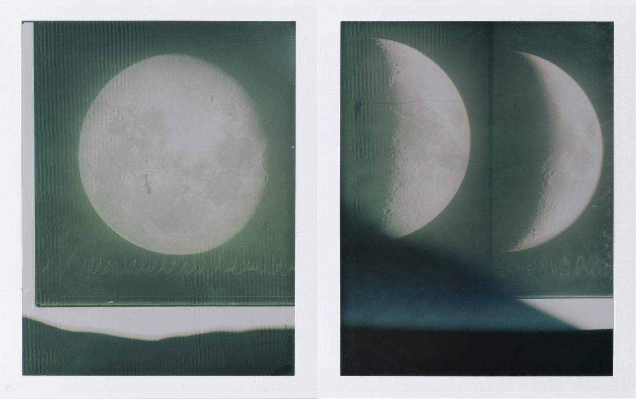"""A svéd Johan Österholm """"Polaroid lunagramok"""" című sorozata a holdfény és a fotós rég elhunyt nagyapja közt teremt éteri kapcsolatot. Míg a Hold növekvő fázisban van, Österholm fényszennyezéstől mentes tájakat keres, hogy sötétkamra helyett a szabad ég alatt, a Hold fényével dolgozhasson, majd a nagyapja által az 1920-as, 1930-as években exponált, Holdfázisokat bemutató üvegnegatívokról készít kontaktmásolatokat Polaroid papírra – a telihold fényével."""