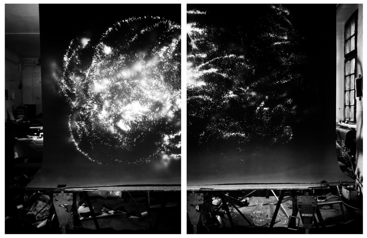 """Taiyo Onorato és Nico Krebs svájci fotóművészduó """"Műterem-Univerzum"""" című diptichonja a fotográfiai módszerekkel való folyamatos kísérletezés egyik gyümölcse. A fiatal, 1979-es születésű fényképészek gyakran hosszú expozíciós időkkel, fényérzékeny zselatinos ezüst papírral játszanak és teremtenek akár csillagos égboltot berlini műtermük falai közé."""