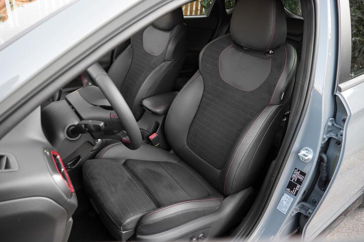 Az ülés kényelmes, jó az oldaltartása és motorosan állítható