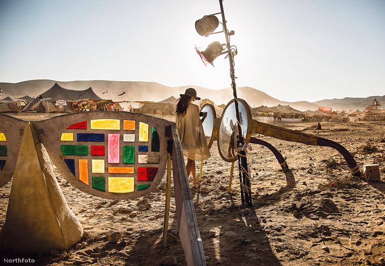 Ezen az izraeli installáción is látszik, hogy a művész Mad Max-vonal itt is stabilan jelen van.