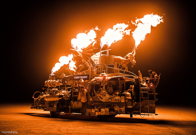 A tűz pedig csak dob még egyet ezen az egészen.
